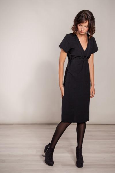 Schwarzes Kleid knielang mit Riemen
